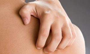 Scratching the body from eczema and psoriasis treatment and causes